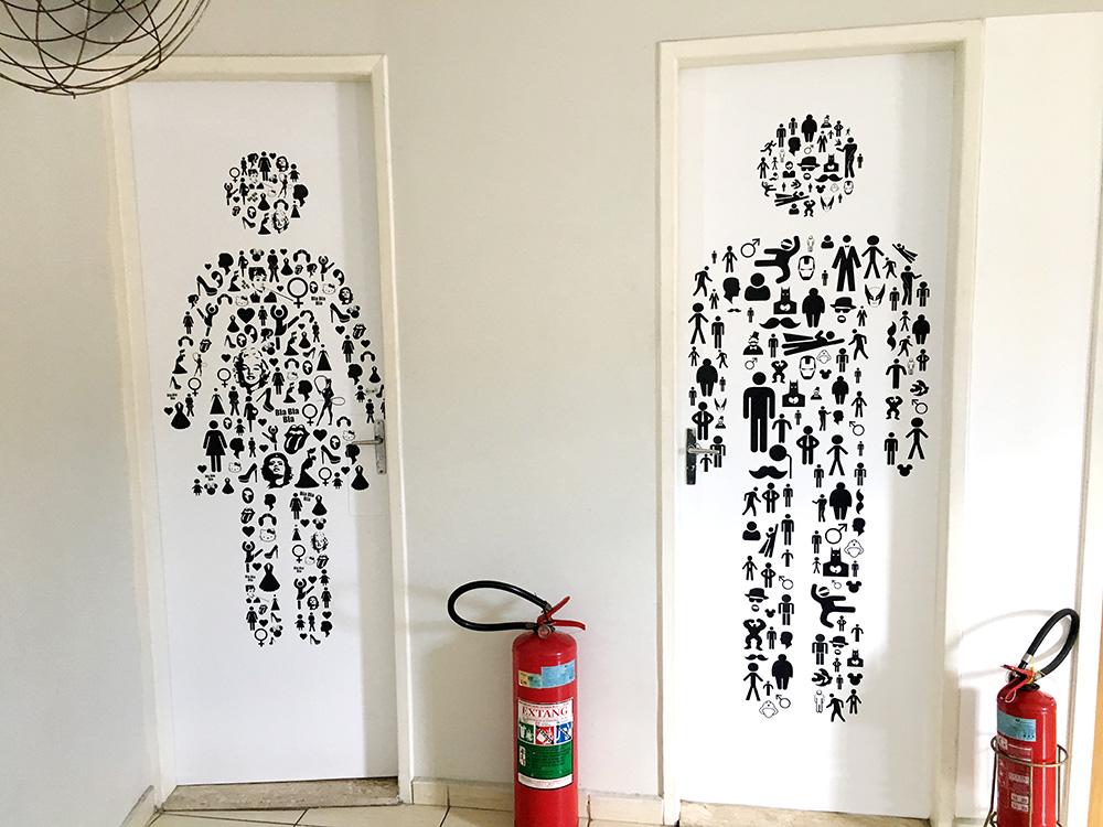 Revestimento de Parede em Adesivo e Lona -> Banheiro Feminino Bla Bla Bla