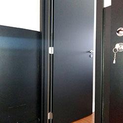 Envelopamento de porta de com adesivo preto fosco em Tamboré - Alpavhille - São Paulo
