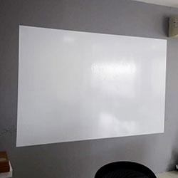 Aplicação de adesivo de parede - Lousa branca