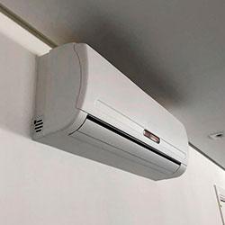 Envelopamento de ar condicionado com Branco Fosco - Vila Andrade - São Paulo