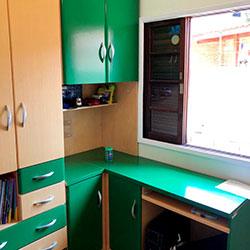 Envelopamento de armários verde bandeira - Decoração de quarto - São Paulo