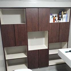Envelopamento de armário de banheiro com adesivo de madeira - São Paulo