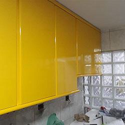 Envelopamento de armário com Amarelo