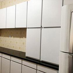 Envelopamento de armários com adesivo branco - Decoração de cozinha - Diadema