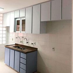 Envelopamento de armário de cozinha com Azul Alure e Branco Fosco - São Paulo