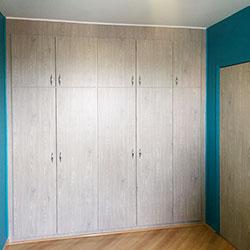 Envelopamento de guarda roupa com adesivo imagem de madeira