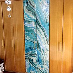 Envelopamento de armário com estampa de mármore