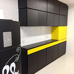Envelopamento de armário com cor Preto e Amarelo