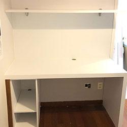 Envelopamento de escrivaninha com adesivo branco - Decoração de quarto  - Vila Mariana - São Paulo