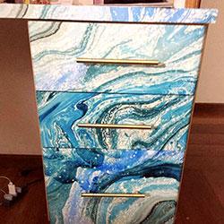 Envelopamento de escrivaninha com estampa de mármore