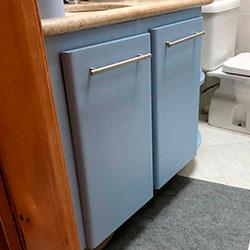 Envelopamento de gabinete de banheiro com Azul Allure - Vila Suzana - São Paulo