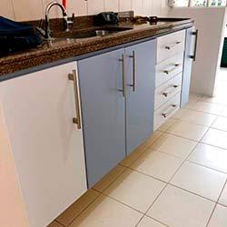 Envelopamento gabinete de cozinha com branco fosco e Azul Allure - Jaguaré - São Paulo