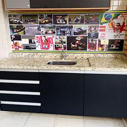 Envelopamento de gabinete de pia de churrasqueira - Adesivo preto fosco e Painel Fotográfico