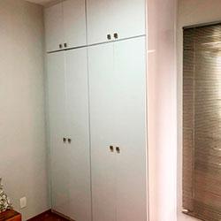 Envelopamento de guarda-roupa com Branco - Moema - São Paulo