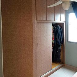 Envelopamento de guarda roupa com adesivo de madeira