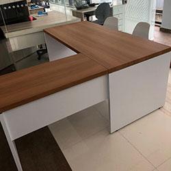 Envelopamento de mesa de escritório com adesivo de madeira e branco fosco