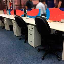 Aplicação de adesivo em baias de escritório