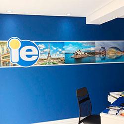 Impressão e aplicação de adesivo em parede - Escritório de Intercâmbio