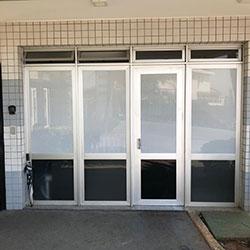 Adesivo perfurado e adesivo jateado para porta de entrada de condomínio - Morumbi - SP