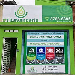 Aplicação de adesivo em fachada de PVC