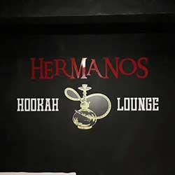 Adesivo logomarca em recorte com fundo preto Hermanos Hookah Lounge