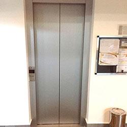 Envelopamento de Elevador com Aço Escovado - Em andamento