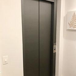 Envelopamento de Porta de Elevador com Aço Escovado Graphite na Zona Sul - São Paulo