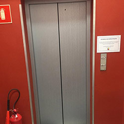 Envelopamento de Porta de Elevador na cor Aço Escovado