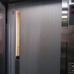 Envelopamento de Porta de Elevador ccom Aço Escovado