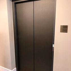 Envelopamento de Porta de Elevador com Brushed Graphite - Osasco
