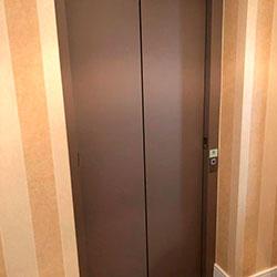 Envelopamento de Porta de Elevador com Cinza Fóssil - Osasco