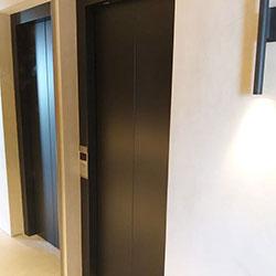 Envelopamento de Porta de Elevador com Preto Fosco