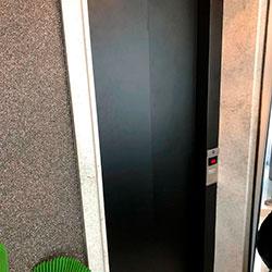 Envelopamento de Porta de Elevador com Preto Fosco - Z/S - SP