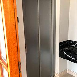 Envelopamento de Porta de Elevador com Satin Silver Metalic - Cidade Monções - São Paulo