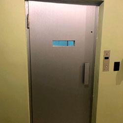 Envelopamento para porta de elevador com Aço Escovado - Vila Mariana - São Paulo