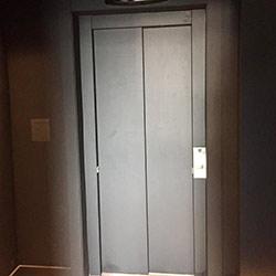 Envelopamento de Porta de Elevador na cor Preto Fosco