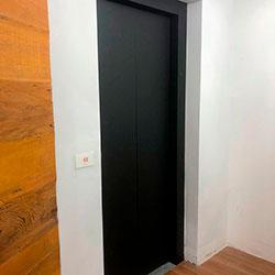 Envelopamento de Porta de Elevador com Preto Fosco - Perdizes - São Paulo