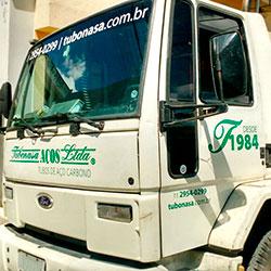 Aplicação de adesivo em recorte com identidade visual para caminhão - Tubonasa
