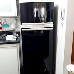 Envelopamento de geladeira com Black Piano