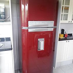Envelopamento de geladeira com vermelho bordô em São Paulo