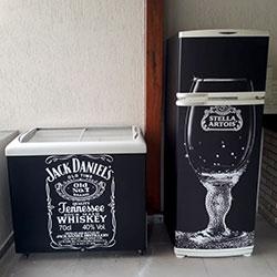 Envelopamento de freezer e geladeira com Jack Daniel e Stella Artois para condomínio em São Paulo