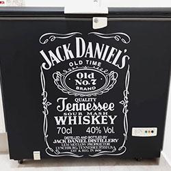 Envelopamento de freezer com Jack Daniels