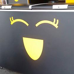 Envelopamento de freezer com preto fosco e recorte em amarelo