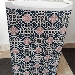 Envelopamento de frigobar com imagem de azulejo