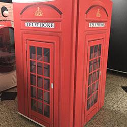 Envelopamento de frigobar com cabine telefônica inglesa