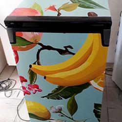Envelopamento de frigobar com imagem de frutas