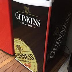 Envelopamento de frigobar com imagem Guinness