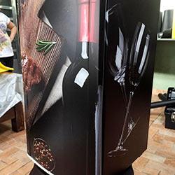 Envelopamento de frigobar com imagem de vinho