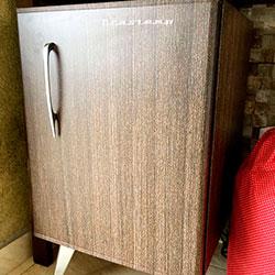 Envelopamento de frigobar com imagem de madeira
