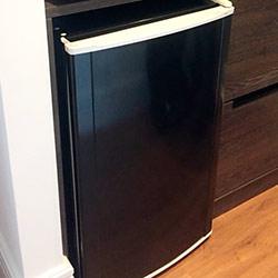 Envelopamento de frigobar com preto brilho